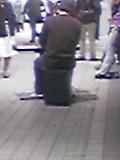 [写真]町田駅のコンコースの真ん中で堂々とキーボード演奏をする人