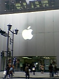 雪の舞うApple Store前