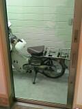 玄関からガラス越しにバイクが見えるのさ
