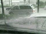 車の上ではねる雨滴