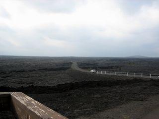 溶岩を突っ切って道路が