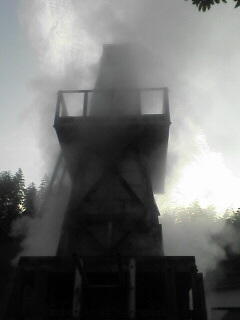 吹き上がる源泉の蒸気