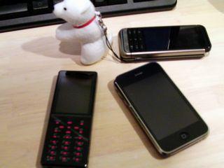 左から反時計周りに、D705iμ、iPhone、iida G9