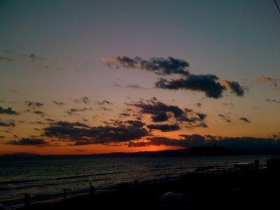 七里ヶ浜から江ノ島に沈む夕日
