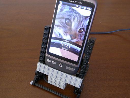 [写真]自作LEGO製クレードル(HTC Desire用)
