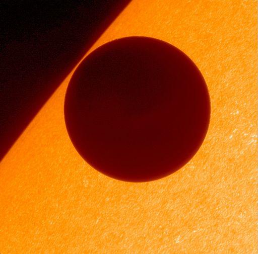 [写真]ひのでがとらえた金星の太陽面通過